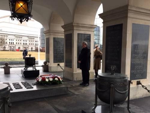 Ralf Wieland legt in Warschau einen Kranz nieder