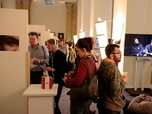 Eine Ausstellung in der Wandelhalle mit vielen Besuchern.