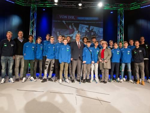 Gruppenfoto mit Schülern der Hertha Schule auf einer Bühne