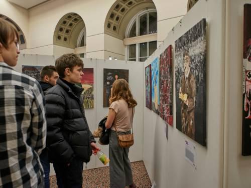 Besucher schauen sich eine Ausstellung im Abgeordnetenhaus Berlin an