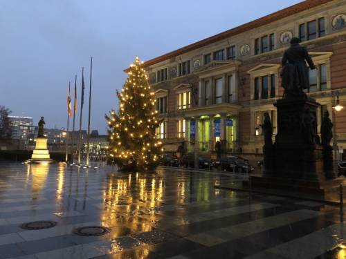 Beleuchteter Weihnachtsbaum auf dem Vorplatz des Abgeordnetenhaus Berlin