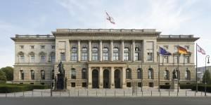 Außenaufnahme der Fassade des Abgeordnetenhaus Berlin am Tag