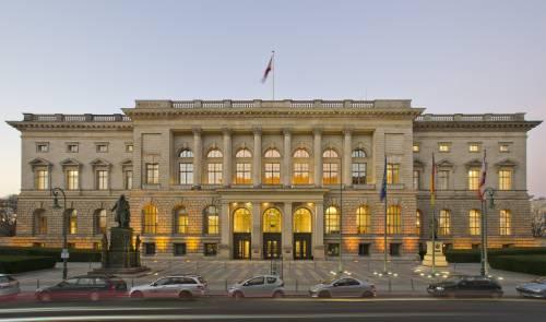 Außenaufnahme der Fassade des Abgeordnetenhaus Berlin am späten Nachmittag