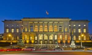 Außenfassade des Abgeordnetenhaus Berlin abends nach Sonnenuntergang