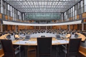 Der leere Plenarsaal mit Blick auf Zuschauertribüne