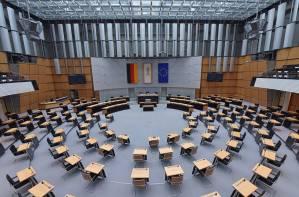 Der leere Plenarsaal mit Blick von der Zuschauertribüne, die einzelnen Sitze sind auseinandergerückt