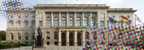 Blick auf die Fassade vom Abgeordnetenhaus Berlin, darüber bunte Punkte