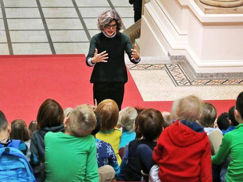 Eine Frau führt eine Schulklasse durch das Abgeordnetenhaus Berlin