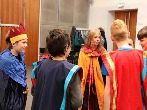 Schüler verkleiden sich bei einem Rollenspiel.