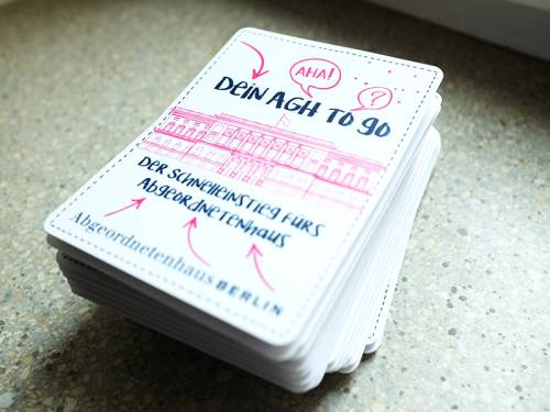 """Ein Stapel Karten auf denen steht """"Dein AGH to go - Der Schnelleinstieg für's Abgeordnetenhaus"""""""