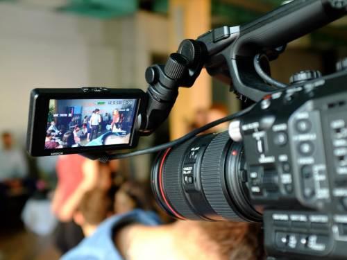Nahaufnahme einer Filmkamera, bei dem das Display eine aktuelle Aufnahme zeigt