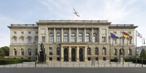 Außenaufnahme der vorderen Fassade des Abgeordnetenhaus Berlin bei Tag