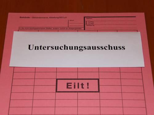 """Eine rosa Mappe mit den Worten """"Untersuchungsausschuss"""" und """"Eilt!"""""""