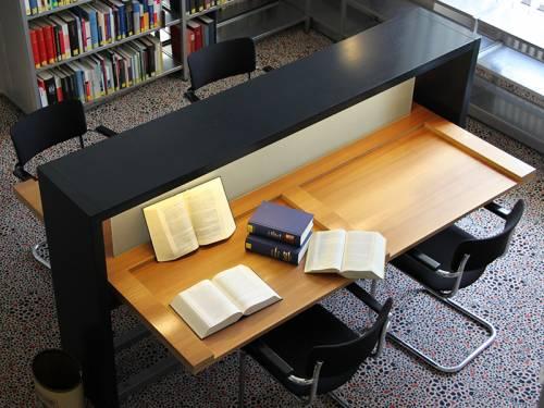 Blick auf einen Sitzplatz in der Bibliothek mit Büchern, die auf dem Tisch liegen