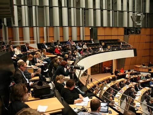 Blick auf die Pressetribüne und Besuchertribüne während einer Plenarsitzung