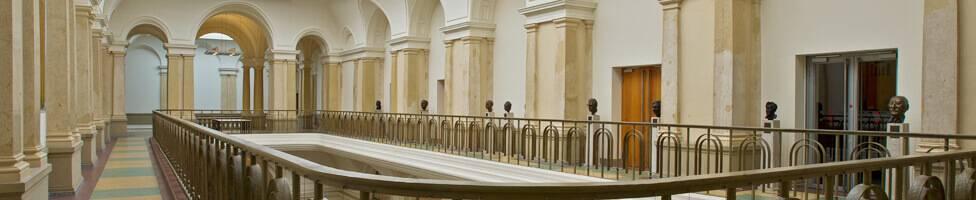 Blick auf die Büstengalerie im Abgeordnetenhaus Berlin