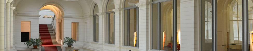 Blick in das Foyer des Abgeordnetenhaus Berlins und die Freitreppe