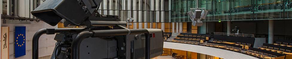 Blick in den Plenarsaal des Abgeordnetenhaus Berlins, im Vordergrund eine Filmkamera