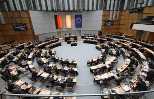 Blick in den Plenarsaal mit Abgeordneten von der Besuchertribüne aus
