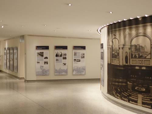 Dauerausstellung im Foyer des Abgeordnetenhaus. Man sieht Plakate an den Wänden.