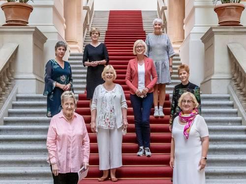 Gruppenfoto mit 8 Frauen auf der Freitreppe in der Eingangshalle des Abgeordnetenhauses