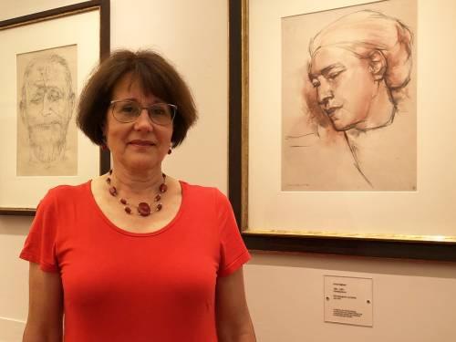 Das Foto zeigt Karin Brandes in der Galerie der Ehrenbürgerinnen und Ehrenbürger. Man kann das Porträt von Anna Seghers erkennen.
