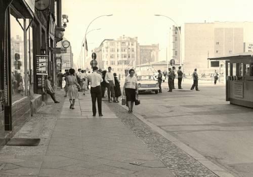 Schwarz Weiß Foto von Menschen auf einer Straße beim Übergang am Checkpoint Charlie
