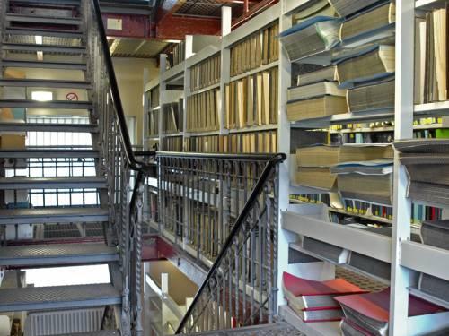 Ein Archiv einer Bibliothek. Man sieht eine Treppe.