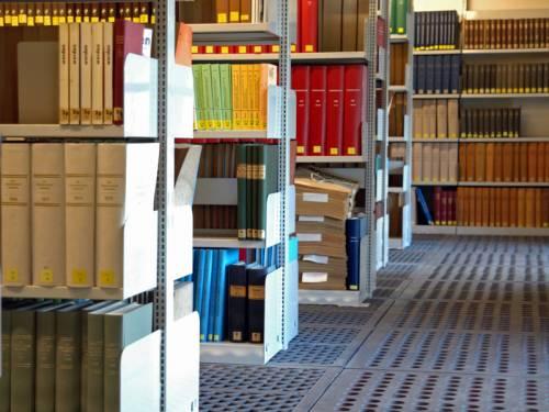 Man sieht Regalreihen einer Bibliothek