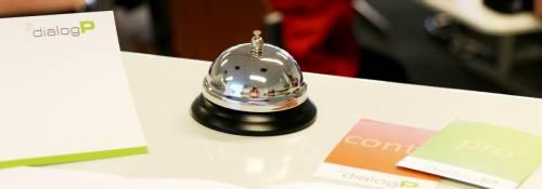 Eine Glocke auf einem Tisch mit Flyern