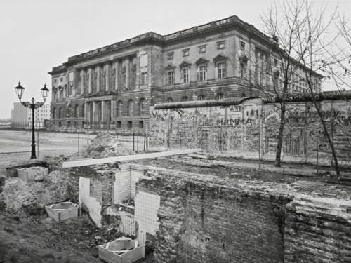 Blick auf das Abgeordnetenhaus 1990, im Vordergrund sind Mauerreste zu erkennen. (Quelle: Landesarchiv Berlin / Thomas Platow)