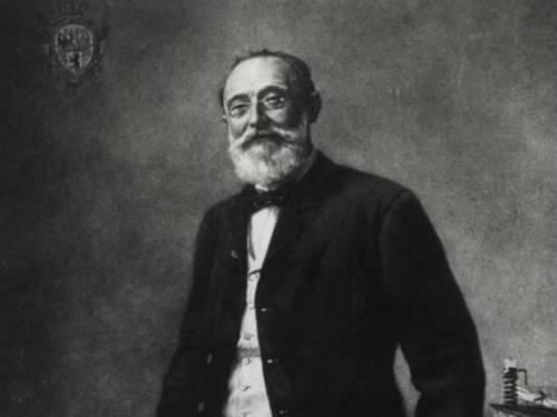 Die schwarzweiß Fotografie zeigt Virchow am Schreibtisch stehend