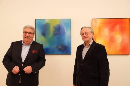 Das Bild zeigt den Parlamentspräsidenten Ralf Wieland und den Historiker Professor Dr. Peter Brandt in dem Büro des Präsidenten vor einem bunten Bild.